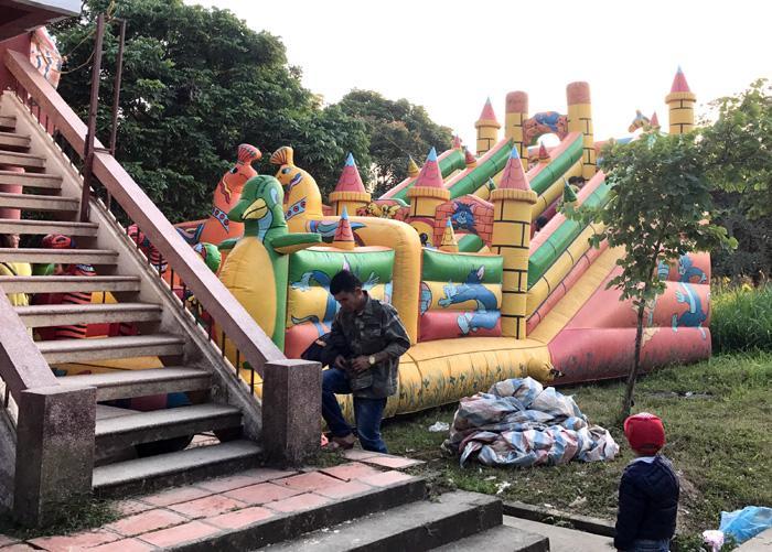 Nhà hơi - khu vui chơi dành cho trẻ em nằm chễm chệ trong khuôn viên Ðền Hoàng Công Chất. Ảnh: P.V