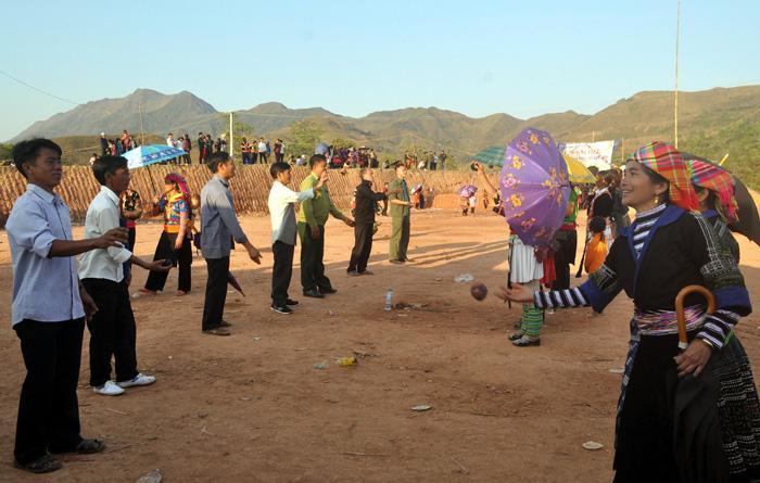 Ném Pao trò chơi truyền thống mang đậm nét văn hóa của người dân vùng cao Si Pa Phìn. Ảnh: Sầm Phúc