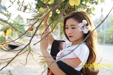 Vẻ đẹp hoang dại đặc trưng của núi rừng làm tôn lên vẻ đẹp, trang phục cũng như đường cong của người con gái Thái.