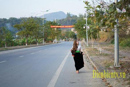 Thiếu nữ Thái e ấp trong trang phục dân tộc khoe sắc bên hoa Ban.
