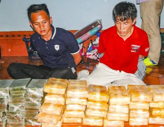 Đối tượng và tang vật 30 bánh heroin, 160.000 viên ma túy tổng hợp trong Chuyên án 065Av. Ảnh: Lê Đồng