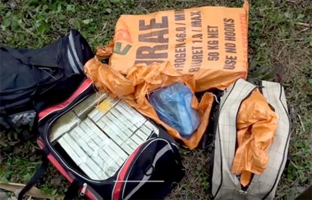Các túi đựng ma túy bị vứt xuống đường nhầm tẩu tán.