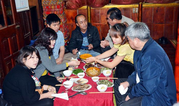 Du khách thưởng thức ẩm thực dân tộc tại bản văn hóa Noong Chứn, phường Nam Thanh(TP. Ðiện Biên Phủ).