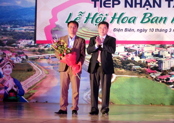 Phó Chủ tịch UBND tỉnh Lê Văn Quý, Trưởng ban tổ chức lễ hội tặng hoa cảm ơn Chi nhánh Tập đoàn Viễn thông Quân đội Viettel Điện Biên – nhà tài trợ kim cương cho Lễ hội Hoa ban năm 2018.