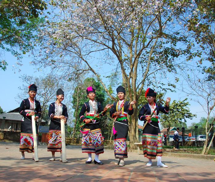Lễ hội Hoa ban có sự tham gia của đồng bào các dân tộc trong tỉnh tạo nên bức tranh văn hóa đa sắc màu. Ảnh: Hải Yến