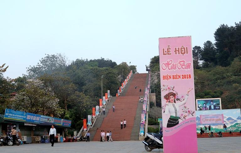 Băng zôn, khẩu hiệu, hình ảnh quảng bá tuyên truyền Lễ hội Hoa Ban năm 2018 ngập tràn trên các trục đường chính và các tuyến phố trên địa bàn TP. Điện Biên Phủ.