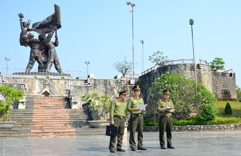 Lực lượng Công an khảo sát địa bàn chuẩn bị cho công tác bảo vệ.