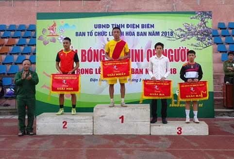 Ban Tổ chức trao giải nhất, nhì, ba cho các đội bóng.