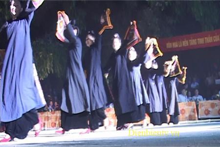 Trong điệu xòe cổ phụ nữ Thái mặc áo chàm dài.