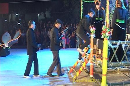 Các chàng trai phải thể hiện được tài năng của mình thì mới được lên Sàn hoa.