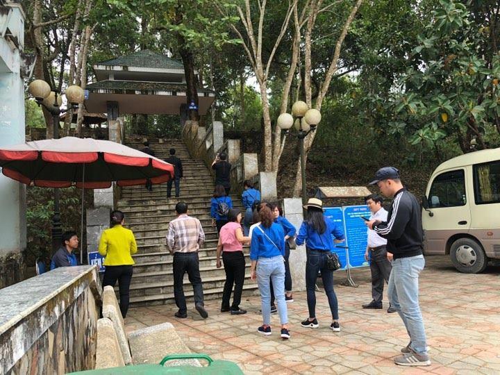 Chỉ trong 3 ngày diễn ra Lễ hội Hoa Ban, khu di tích Sở Chỉ huy chiến dịch Điện Biên Phủ - xã Mường Phăng, huyện Điện Biên đã tiếp đón nhiều khách du lịch tham quan.