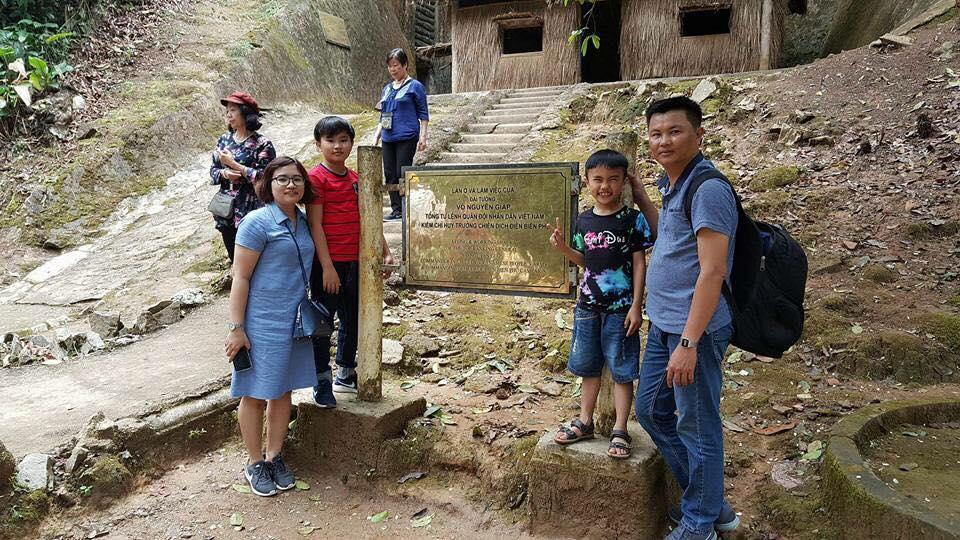Anh Nguyễn Công Nở – Tp.Đà Nẵng đưa gia đình đến thăm Sở Chỉ huy chiến dịch Điện Biên Phủ.