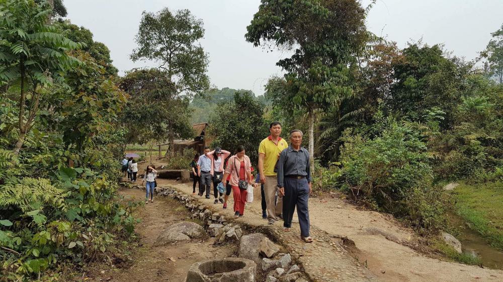 Du khách được trải nghiệm đi bộ quanh Sở Chỉ huy chiến dịch Điện Biên Phủ để tham quan.