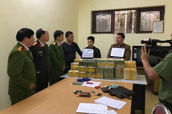 Ban giám đốc Công an tỉnh Điện Biên kiểm tra tang vật bị thu giữ cùng 2 đối tượng trong đường dây ma túy.