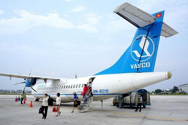 Hành khách xuống máy bay trong ngày thời tiết thuận lợi.