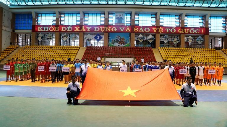 Các đoàn vận động viên thực hiện nghi thức chào cờ.