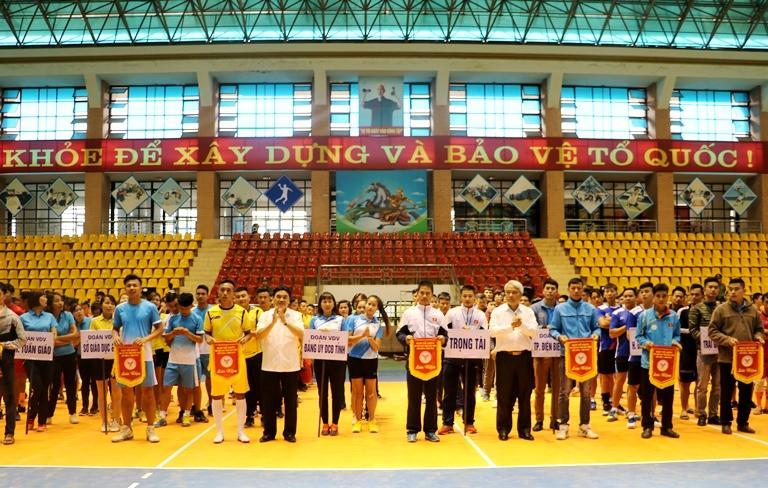 Ban tổ chức trao Cờ lưu niệm cho các đoàn vận động viên tham gia giải Bóng đá, Bóng chuyền.