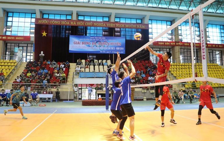 Trận đấu Bóng chuyền nam ngay sau Lễ khai mạc giữa 2 đội Công an tỉnh và Huyện Điện Biên Đông.