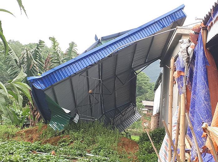 Một nhà dân tại xã Mường Báng bị giông lốc làm tốc mái. Ảnh: Hà Linh