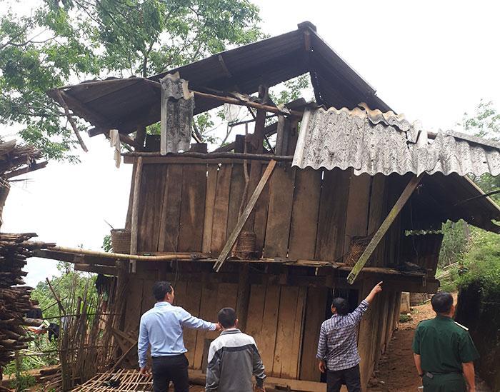 Kiểm tra nhà dân thiệt hại do giông lốc ở thôn Sông Ún, xã Mường Báng. Ảnh: Hà Linh