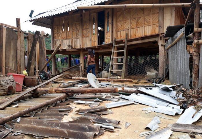 Một ngôi nhà của người dân xã Quài Nưa, huyện Tuần Giáo bị hư hại do giông lốc. Ảnh: Gia Kiệt