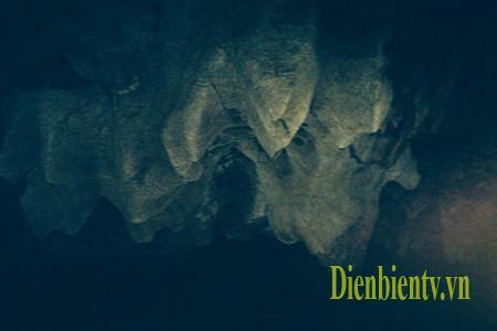 Giữa hang có nhiều dải đá đâm xuống làm cho cảnh quan thêm phần huyền bí.