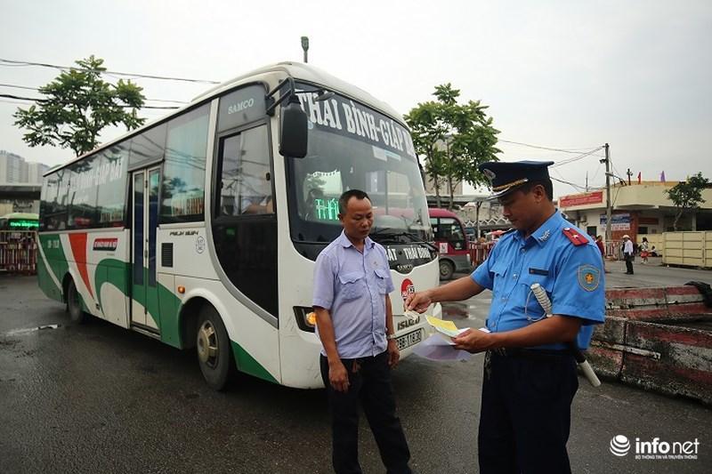 Lực lượng chức năng kiểm tra số lượng khách và tải trọng xe