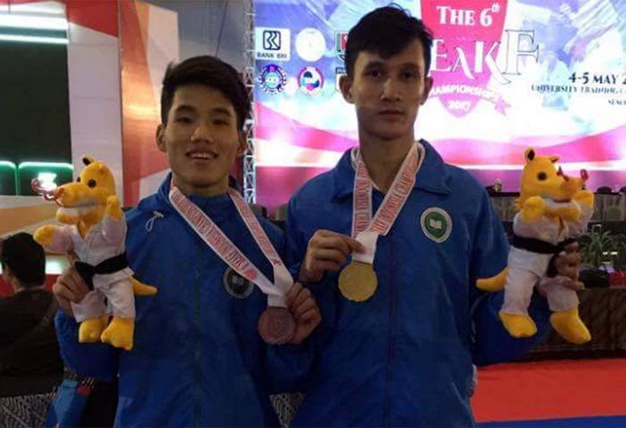 Lò Văn Biển (bên phải) đoạt huy chương vàng tại giải vô địch Karatedo Ðông Nam Á tổ chức ở Indonesia năm 2017.