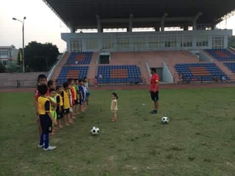 Thầy Nguyễn Công Hoàn chỉ dạy, luyện tập cho các em đội bóng nhí rèn luyện thể lực tại Sân Vận động