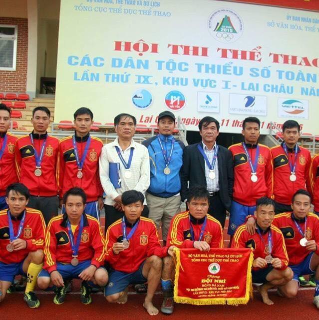 Thầy Nguyễn Công Hoàn (thứ 5 trái sang) cùng đội tuyển bóng đá tỉnh Điện Biên dành huy chương đồng môn bóng đá nam tại Hội thi thể thao các dân tộc thiểu số tổ chức tại tỉnh Lai Châu.