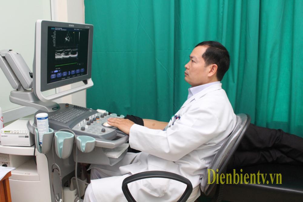 Không chỉ giỏi về chuyên môn, Ths. BSCKII Vũ Văn Hải còn say mê nghiên cứu khoa học và đã được áp dụng vào thực tiễn trong điều trị các bệnh về Nội khoa. Bác sỹ Hải, thực hiện siêu âm Doppler tim cho bệnh nhân (Ảnh KT).