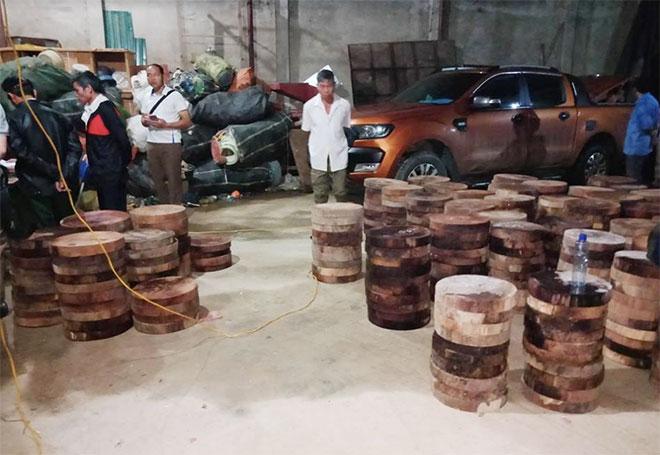 Thu giữ 1.156 lóng gỗ nghiến dạng thớt tại nơi ở của Đặng Quang Thắng