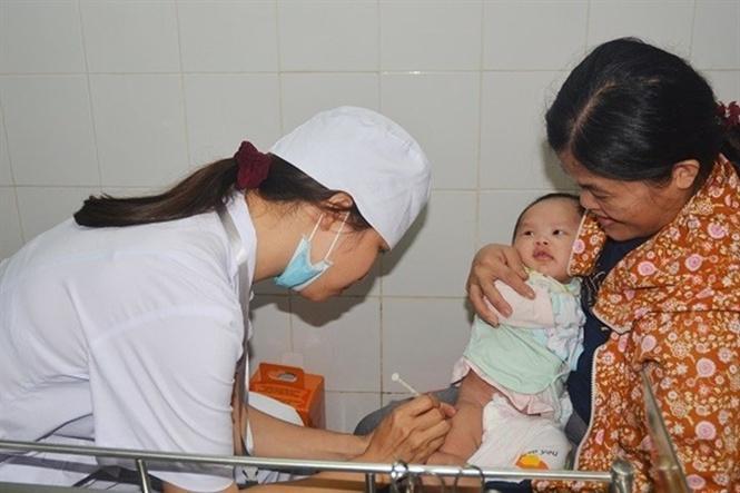 Tiêm phòng bệnh sởi cho trẻ nhỏ