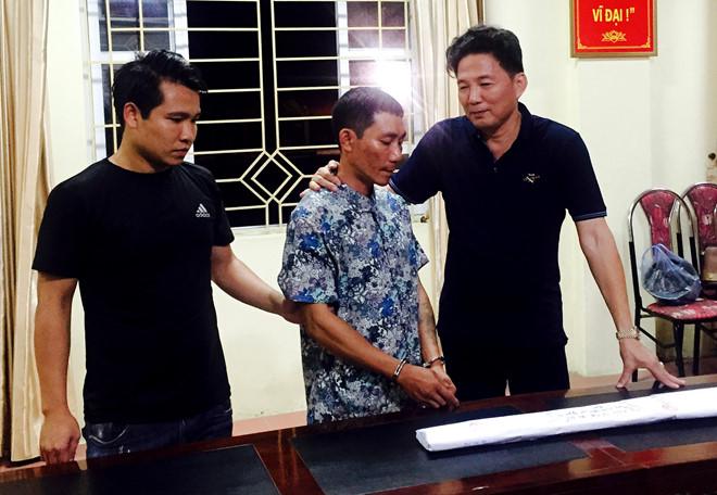 Đại tá Hoàng Mạnh Hùng,Phó giám đốc Công an tỉnhLào Cai (phải), đấu tranh với Nguyễn Tiến Thành. Ảnh: H.X.