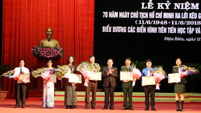 Cô giáo Nguyễn Thị Phượng (người thứ 2 từ trái sang) đón nhận Bằng khen của UBND tỉnh về học tập và làm theo lời Bác, tại lễ kỷ niệm 70 năm Ngày Chủ tịch Hồ Chí Minh ra lời kêu gọi thi đua ái quốc (11-6-2018) (Ảnh Khánh Toàn)