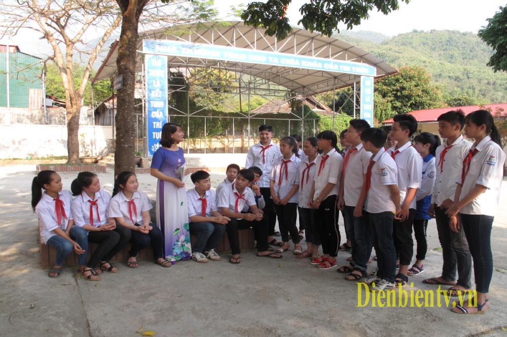 Ngoài giờ học trên lớp, cô giáo Phượng còn tích cực tham gia các buổi ngoại khóa, nhằm nâng cao kiến thức và kỹ năng sống cho các em học sinh (Ảnh Khánh Toàn)