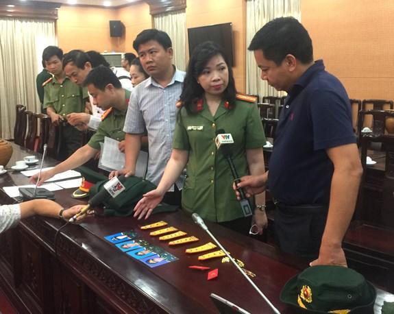Cán bộ Phòng An ninh Kinh tế tổng hợp, Công an TP Hà Nội thông báo về quá trình điều tra.