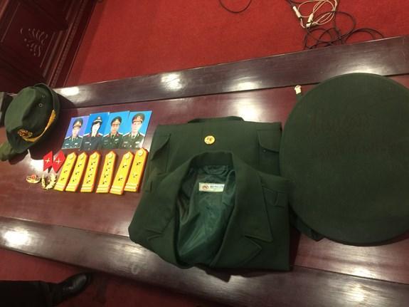 Một số quân trang, ảnh mà các bị can sử dụng để lừa đảo tại cơ quan điều tra.