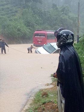 Mưa lũ đã gây tắc nghẽn giao thông nghiêm trọng do nhiều tuyến đường bị ngập lụt, sạt lở. Ảnh: Quoc Pro