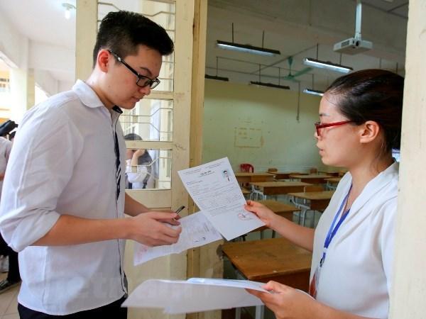 Thí sinh làm thủ tục dự thi trung học phổ thông quốc gia năm 2018. (Ảnh: Lê Minh Sơn/Vietnam+)