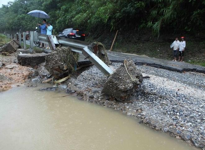 Đường Quốc lộ 4D Lai Châu-Lào Cai đoạn qua bản Chu Va 12, xã Sơn Bình, huyện Tam Đường bị hư hỏng nặng. (Ảnh: Quý Trung/TTXVN)