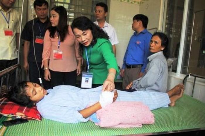 Thứ trưởng Bộ GD&ĐT Nguyễn Thị Nghĩa đã đến thăm hỏi, động viên em Hồ Thị Hà. (Ảnh: CAND)