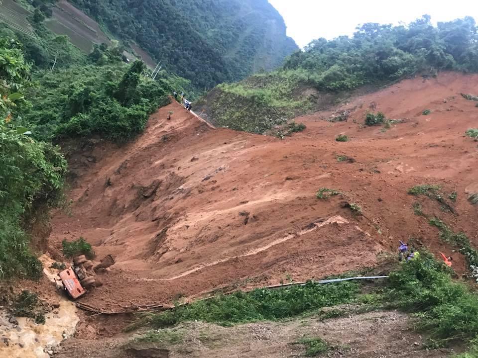 2 máy xúc đang sửa đường sạt lở đất lăn xuống vực