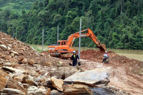 Công ty xây dựng và quản lý đường bộ 1 (Lai Châu) huy động máy móc phương tiện khắc phục khai thông tuyến giao thông trên quốc lộ 4H đường đi Mường Tè Lai Châu - Mường Nhé Điện Biên. Ảnh: Quý Trung - TTXVN