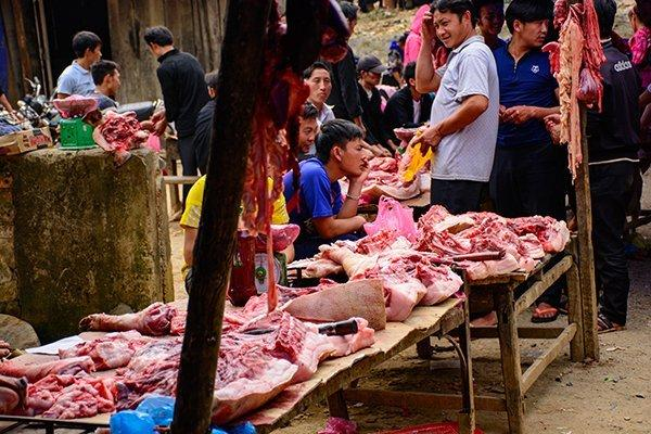Những phản thịt lợn được bày bán ở chợ.
