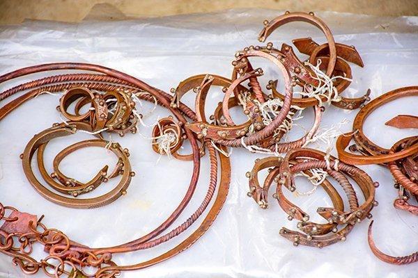 Đồ trang sức (vòng đồng) truyền thống của người Mông được bày bán ở chợ.