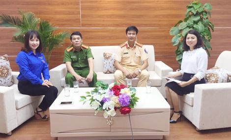 Thiếu tá Hoàng Minh Tiến Dũng (thứ hai từ phải sang) trong một buổi giao lưu công tác đấu tranh phòng chống tội phạm ma túy với đoàn viên thanh niên.