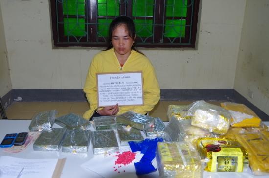 Đối tượng Lò Thị Bun cùng tang vật bị bắt trong Chuyên án 033L do BĐBP Điện Biên triệt phá ngày 4-7-2018. Ảnh: Anh Dũng