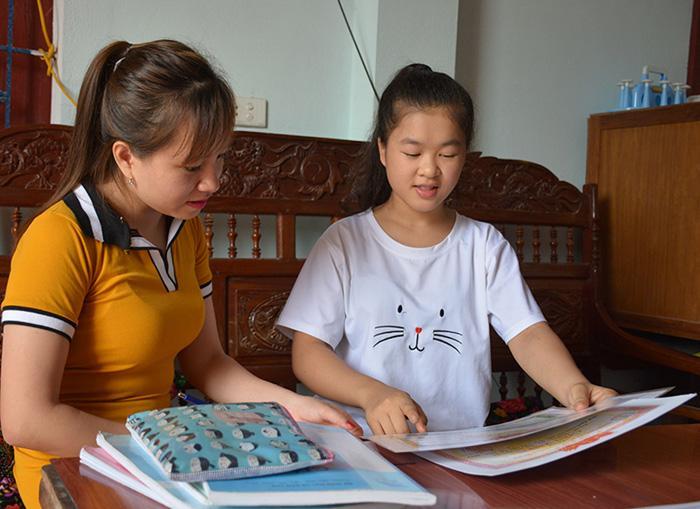 Em Ðỗ Thị Hồng Thủy (bên phải) chia sẻ về quá trình học tập của mình.