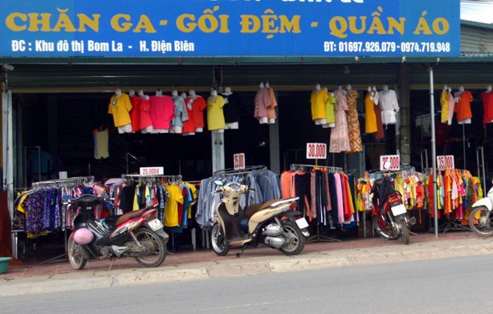 Một cửa hàng bán đồ giảm giá tại khu đô thị Bom La.